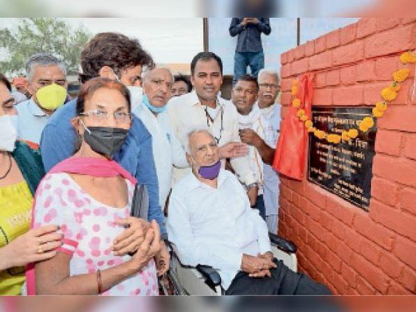 मंगाली में लाइब्रेरी का शिलान्यास करते पूर्व शिक्षक एस.के.मित्रा एवं  मौजूद ग्रामीण। - Dainik Bhaskar