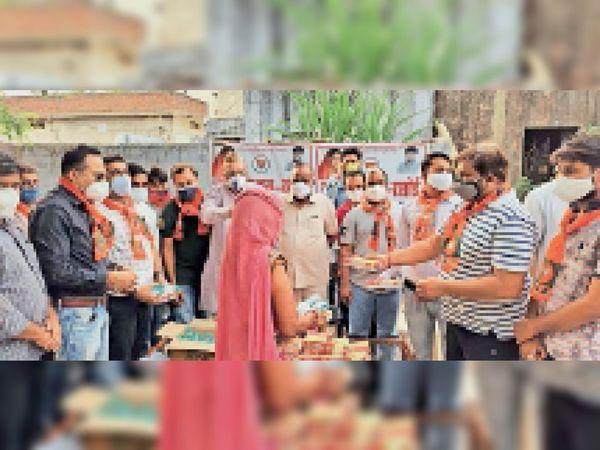 वसुंधरा जन रसोई का उद्घाटन करते हुए भाजपा कार्यकर्ता। - Dainik Bhaskar