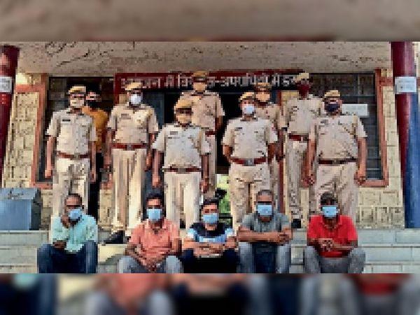 मिश्रौली पुलिस की गिरफ्त में फायरिंग के आरोपी । - Dainik Bhaskar