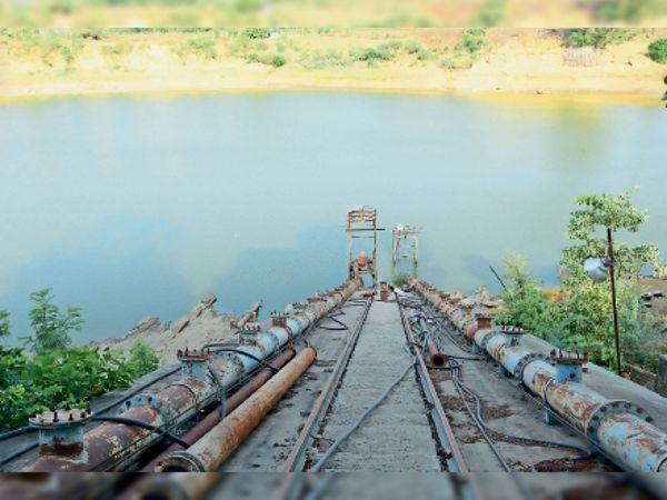 शहर का मुख्य जलस्रोत पीपाजी दह। इसका जलस्तर कम होने से सप्लाई में दूषित और बदबूदार पानी की शिकायत आ रही है। - Dainik Bhaskar