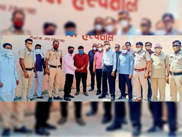 सफीदों. महिला के पति को 10 हजार रुपए की राशि लौटाते हुए अस्पताल का संचालक। - Dainik Bhaskar