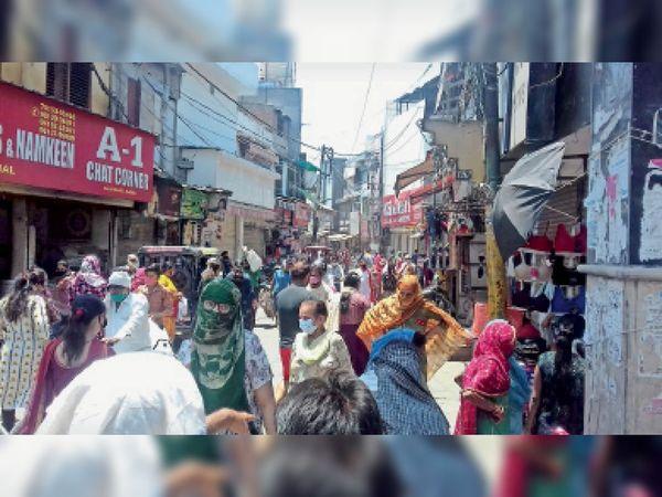 बाजार में लोगों की खरीदारी को लेकर लगी भीड़। - Dainik Bhaskar