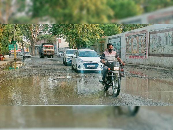 कुरुक्षेत्र | बारिश के बाद सड़क पर बने गड्ढों में भरे पानी के बीच से निकलते वाहन चालक। - Dainik Bhaskar