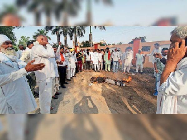 बाबैन। रामसरन माजरा में सरकार के खिलाफ नारेबाजी करते किसान। - Dainik Bhaskar