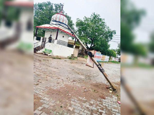 गुड़गांव. आंधी में मन्दिर पर गिरा बिजली का खम्बा। - Dainik Bhaskar