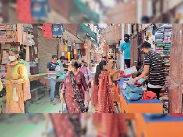 शहर के बाजार में खरीदारी करती महिलाएं, आज से दुकानें 3 बजे तक खुल सकेंगी। - Dainik Bhaskar