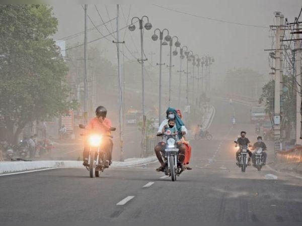 हिसार रोड पर रविवार दोपहर सवा 4 बजे धूल के गुबार में गुजरते वाहन। - Dainik Bhaskar
