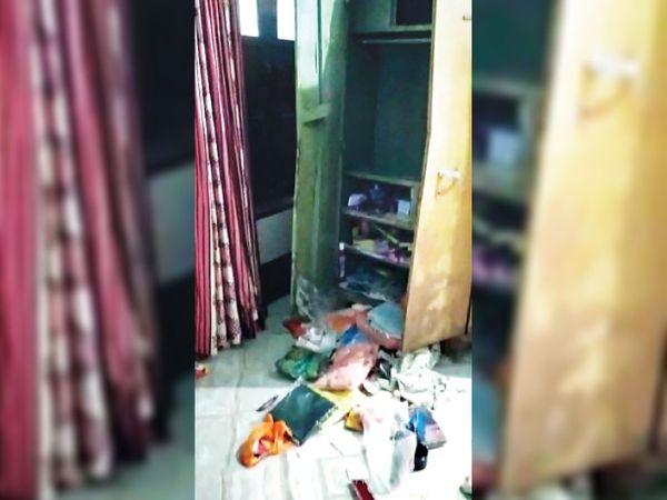 पाकस्मा गांव में चोरी के बाद अलमारी और बिखरा सामान। - Dainik Bhaskar
