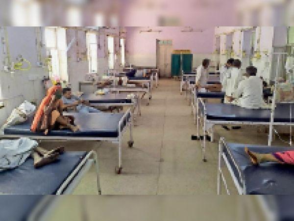 जिला अस्पताल के वार्ड में भर्ती मरीज। - Dainik Bhaskar