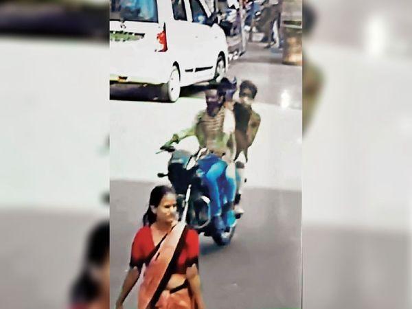 सीसीटीवी में कैद हुई चेन लूट की पूरी घटना, बाइक से आए थे तीनों आरोपी। - Dainik Bhaskar