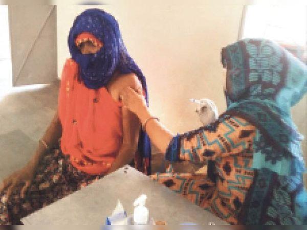 राउमावि में टीका कक्ष में लोगो को टीका लगाते चिकित्साकर्मी। - Dainik Bhaskar