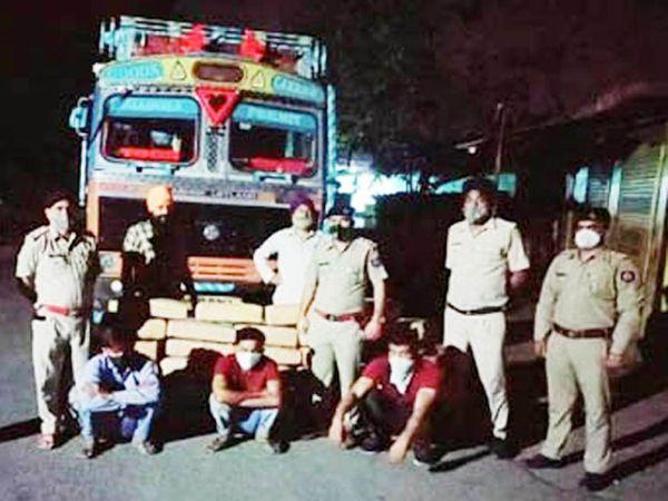 पावंटा साहिब में गांजे की बड़ी खेप के साथ पकड़े गए तीन आरोपी और जब्त किया गया ट्रक। - Dainik Bhaskar