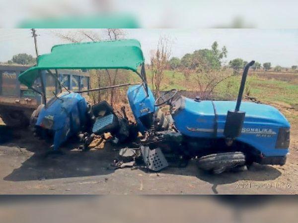 कार की टक्कर के बाद इस तरह से टूट कर बिखर गया ट्रैक्टर। - Dainik Bhaskar
