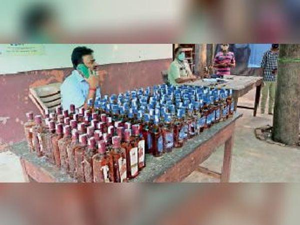 बरामद शराब के साथ लखीसराय थानाध्यक्ष संजय कुमार सिंह। - Dainik Bhaskar