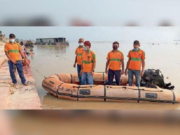 बाढ़ की तैयारी को लेकर गंगा में जायजा लेती एसडीआरफ की टीम। - Dainik Bhaskar