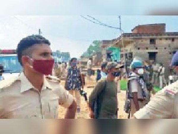 आरोपी के गांव में छापेमारी करती पुलिस। - Dainik Bhaskar