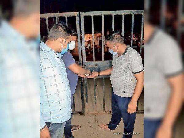 नाराज रहवासियाें ने मुख्य गेट पर लगा दिया ताला। - Dainik Bhaskar