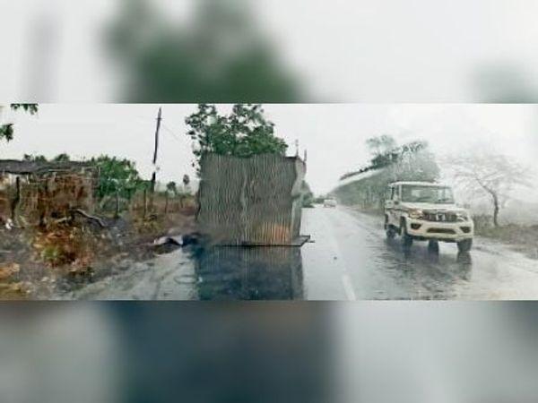 आंधी से उड़कर रोड पर गिरी गुमठी। - Dainik Bhaskar