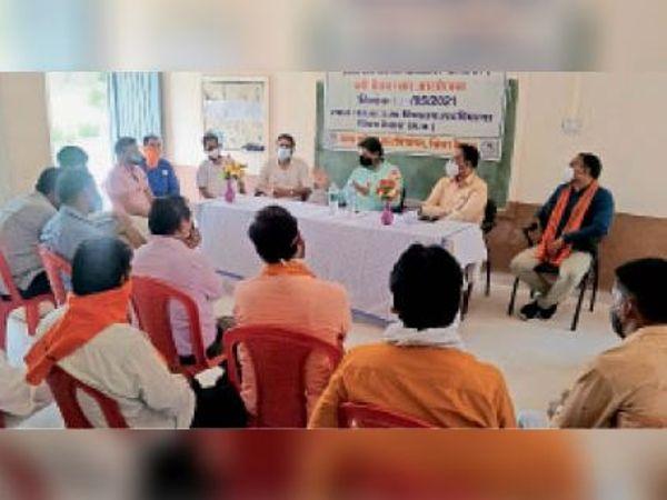 आपदा प्रबंधन समूह की बैठक लेते विधायक चाैधरी। - Dainik Bhaskar