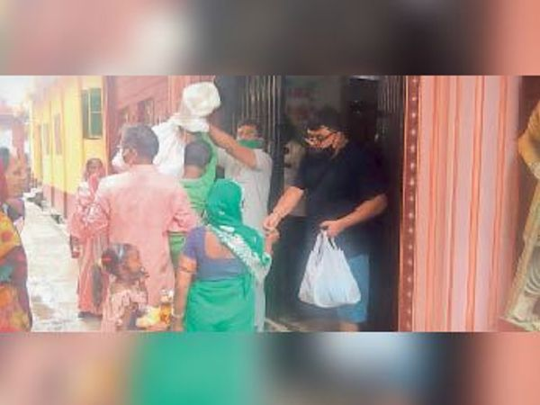 बोरी में खाद्य सामग्री ले जाते  लाभुक - Dainik Bhaskar