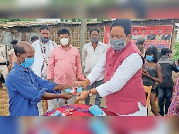 रामपुर कोदरकट्टी में मास्क व साबुन बांटते सांसद। - Dainik Bhaskar