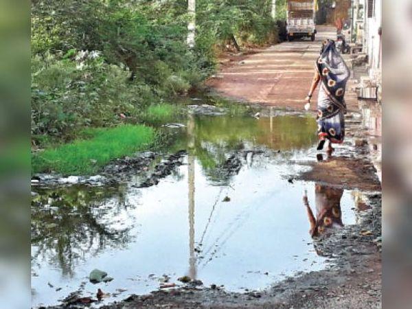 कॉलोनी में निकासी की जगह नहीं होने से सड़क पर जमा हुआ गंदा पानी। - Dainik Bhaskar