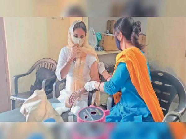 महावीर पार्क में लगा कोरोना वैक्सीनेशन कैंप,शहर वासियों ने लगवाई वैक्सीन - Dainik Bhaskar