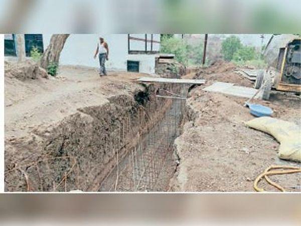 वार्ड 15 में नाली का निर्माण कार्य जारी है। - Dainik Bhaskar