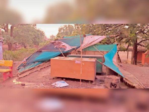 आंधी और बारिश से दुकानों पर लगे टेंट तेज हवा से टूट गए। - Dainik Bhaskar