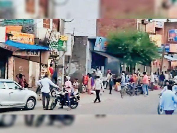 बादली में बाजारों में जमा भीड़, जिन्हें सोशल डिस्टेंस या प्रशासन द्वारा तय गाईडलाईनों की कोई चिंता नहीं है। - Dainik Bhaskar