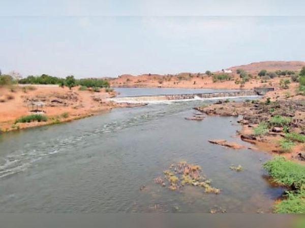 सिलावद स्थित गोई नदी में बहता पानी। - Dainik Bhaskar