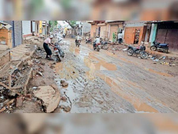 धनोरा में रोड की खुदाई के बाद काम बंद हो गया। - Dainik Bhaskar