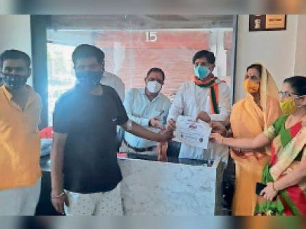 रक्तदान करने वालों को प्रमाण पत्र दिए गए। - Dainik Bhaskar