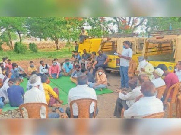 बैठक में चर्चा करते व्यापारी। - Dainik Bhaskar