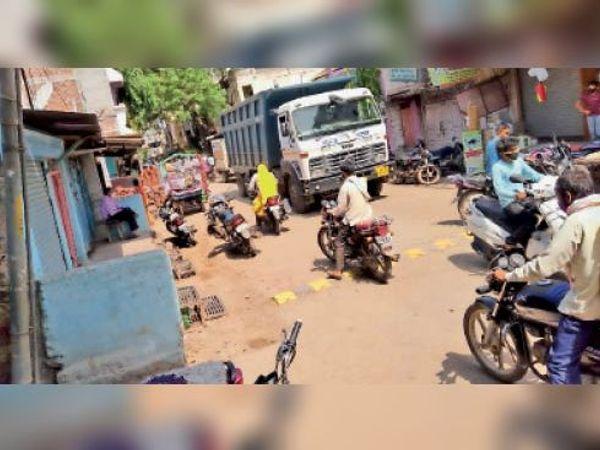 नगर में ग्रामीण क्षेत्र के लोगों की आवाजाही जारी है। - Dainik Bhaskar