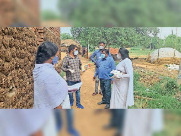 लोगों की जांच के लिए गांवों में पहुंची मेडिकल टीम। - Dainik Bhaskar