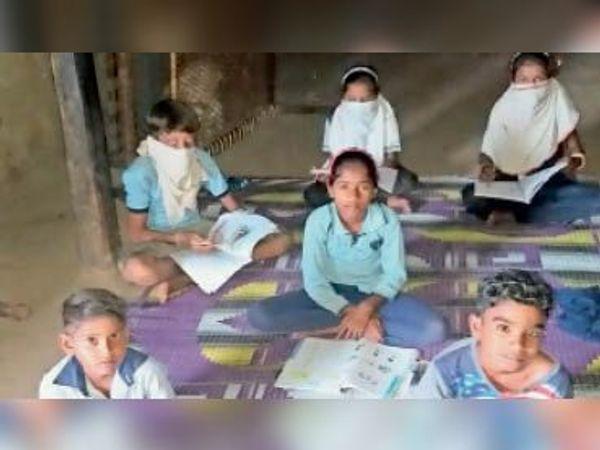 मेरा घर मेरा विद्यालय के तहत पढ़ाई करते बच्चे। (फाइल फोटो) - Dainik Bhaskar