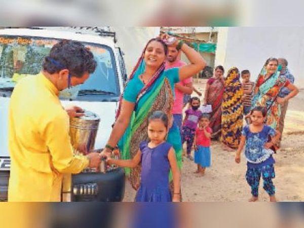कोरोना रक्षक दल सदस्य गांव-गांव काढ़ा पिला रहे। - Dainik Bhaskar