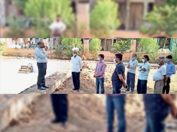 बोट संचालन के लिए बनाए पूल का निरीक्षण करते उप निदेशक। - Dainik Bhaskar