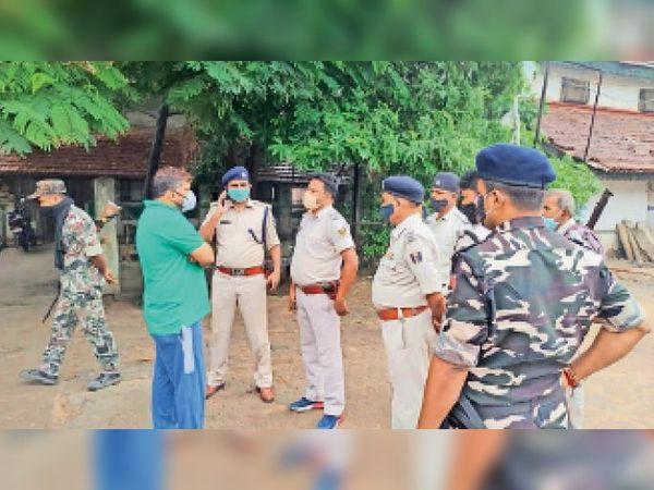 घटना के बारे में जानकारी लेती पुलिस। - Dainik Bhaskar
