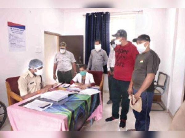 पुलिस लाइन स्थित अस्पताल में काेविड संक्रमित पुलिसकर्मियों का हेल्थ अपडेट लेते एडिशनल एसपी डॉक्टर रवींद्र वर्मा। - Dainik Bhaskar