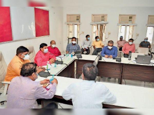 आपदा प्रबंधन समूह की बैठक में बाजार लेफ्ट-राइट पद्धति से खोलने का फैसला। - Dainik Bhaskar