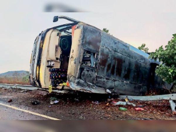 चित्तौड़गढ़ भुसावल हाईवे पर सतपुड़ा क्षेत्र में हलकी बारिश में रैलिंग तोड़ा पलटा वाहन। - Dainik Bhaskar