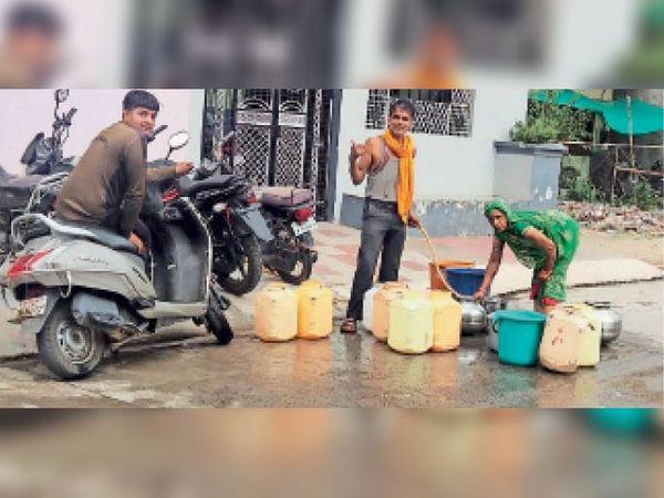 पानी के लिए मशक्कत करते रहवासी। - Dainik Bhaskar