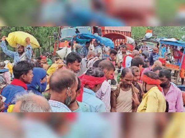 हजारी पशु मेला ग्राउंड में लगे सब्जी मंडी में बगैर मास्क व सोशल डिस्टेंसिंग के सुबह 9:44 बजे उमड़ी लोगों की भीड़। - Dainik Bhaskar