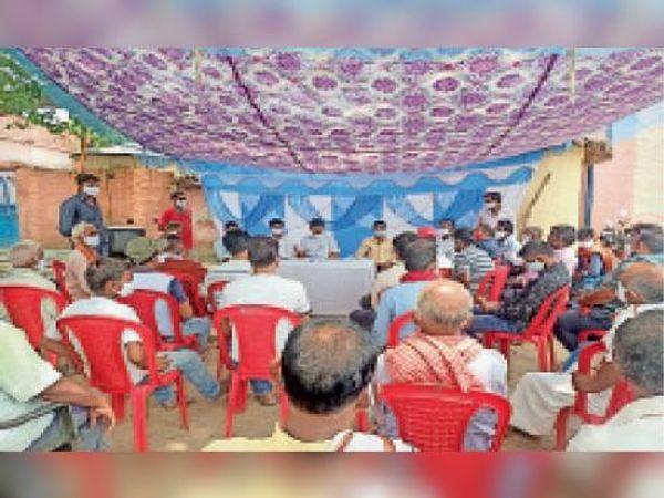 रमपुरवा में पीएम की मन की बात सुनते राज्य सभा सांसद व अन्य। - Dainik Bhaskar
