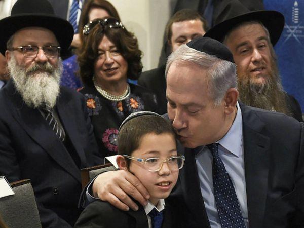 2018 में जब इजराइली प्रधानमंत्री बेंजामिन नेतन्याहू भारत आए तो वे यहूदी बालक मोशे से भी मिले। 26/11 के मुंबई हमलों में मोशे के माता-पिता आतंकवादियों के हाथों मारे गए थे।