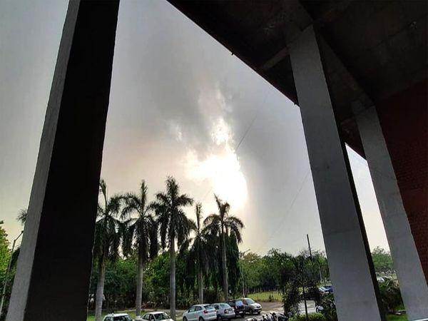 पहले आकाश में बादल छाए