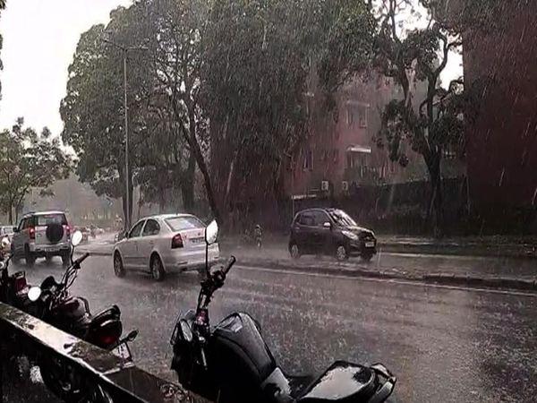 शहर में कई जगहों पर बारिश के साथ ओले भी गिरे