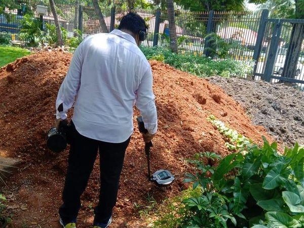 बम डिस्पोजल स्क्वॉड की टीम ने मंत्रालय के मैदान में जमा मिट्टी की भी जांच की। - Dainik Bhaskar